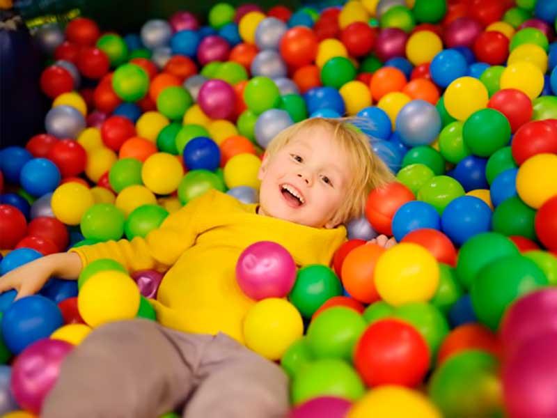 Criança Brincando em Piscina de Bolinhas