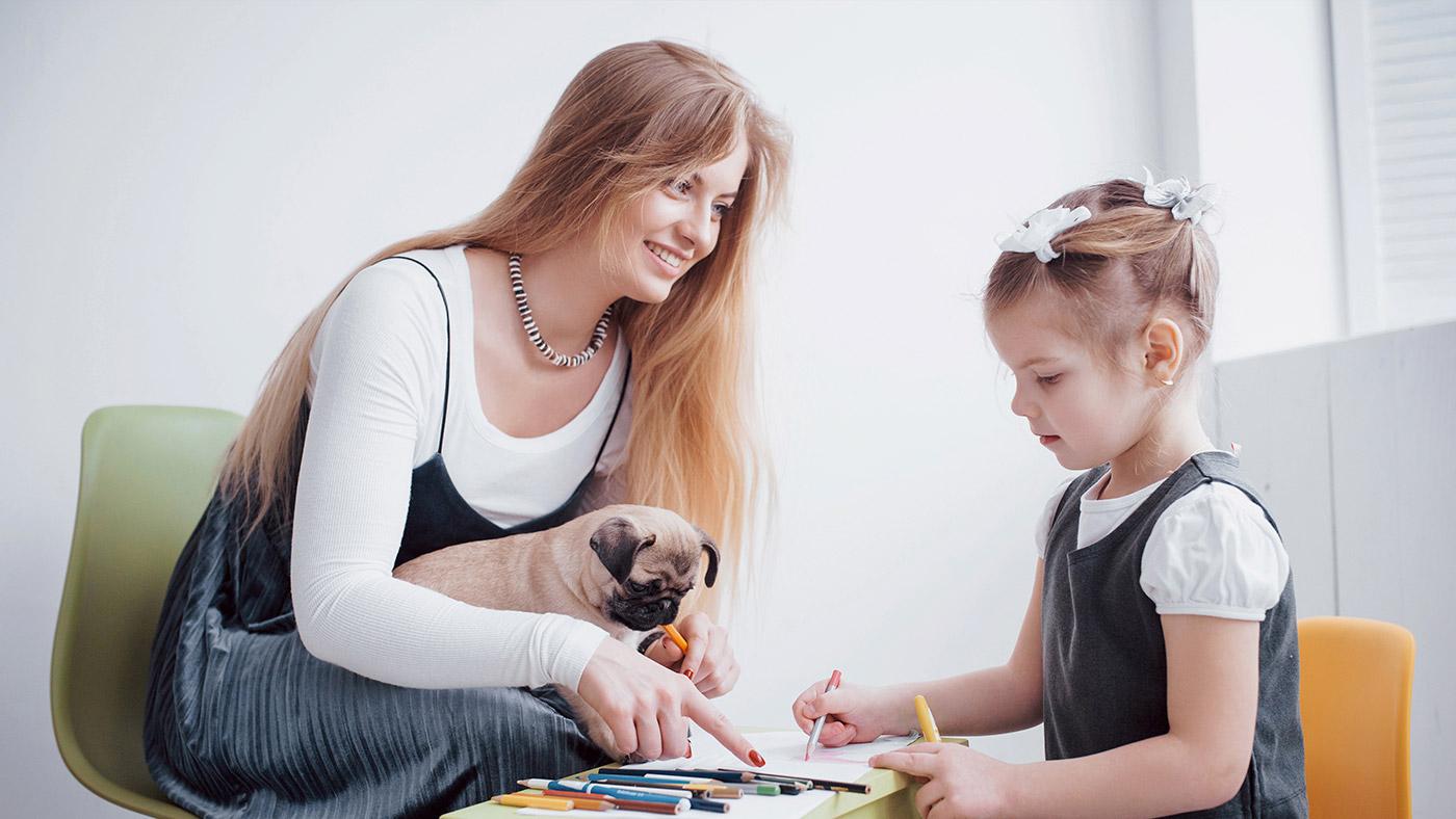 Mãe e Filha Brincando de Colorir em Mesa Interativa da Nogueira Brinquedos